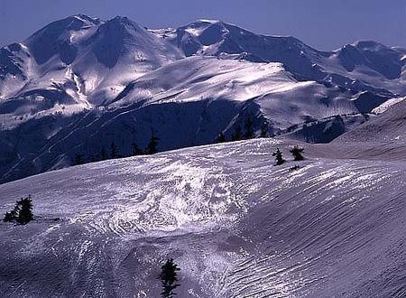 奧三方岳から白山 4月