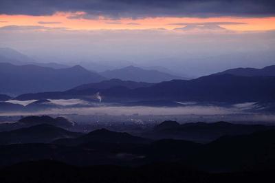 日の出前の白山