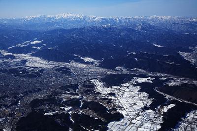 高山市街(左)と白山
