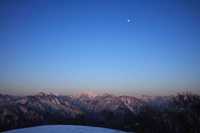 笈ケ岳と月