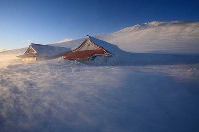 地吹雪の室堂から御前峰