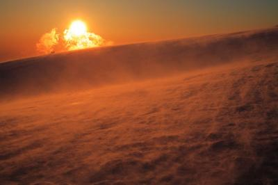 地吹雪と夕暮れの太陽