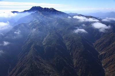丸石谷上空8000フィートから白山