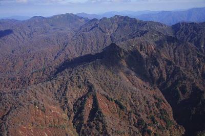 蛇谷上空7000フィートから大笠山と笈ケ岳