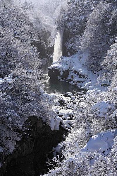 日が差した綿ヶ滝