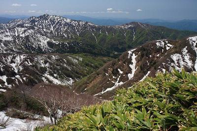 大長山直下から見た経ヶ岳(左)と法恩寺山(右)
