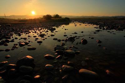 手取川で迎える夜明け 右奧が白山