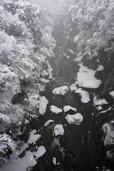 不老橋から雪降る手取峡谷