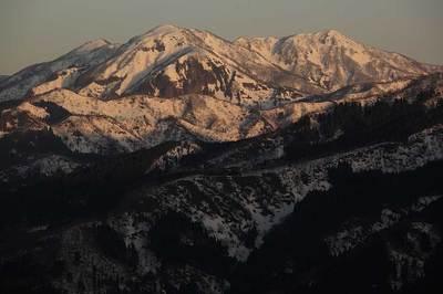 取立山の登りで見た越前甲(左)と大日山(右)