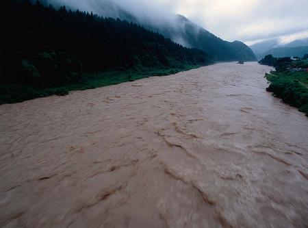 濁流となった手取川