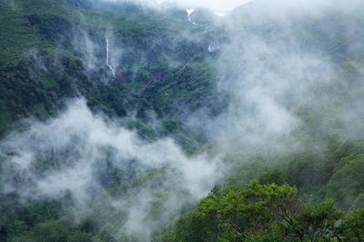 中央右上に落口だけ見えるのが百四丈滝