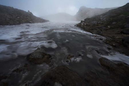 千蛇ヶ池の雪渓から流れ出す水