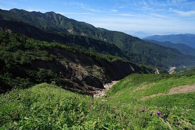 上流部の滝場の高巻で別山を見る