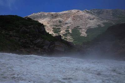 水屋尻雪渓の末端から御前峰