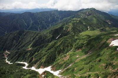 白水湖に流れ込む地獄谷と別山