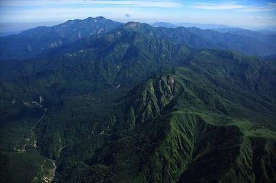 南側から白山 手前は岩教寺山など