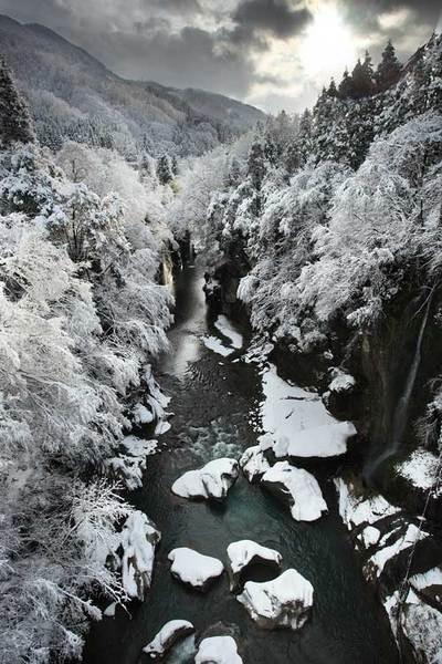 手取峡谷の不動橋から 上流方向