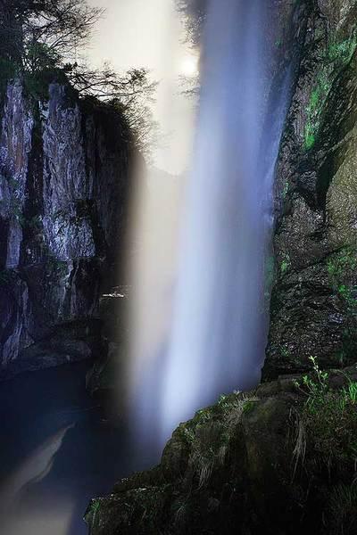 綿ヶ滝と月