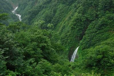 霞滝と中ノ川の流れ