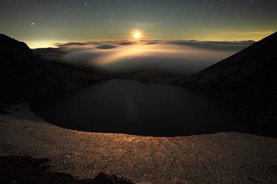 翠ケ池の月出